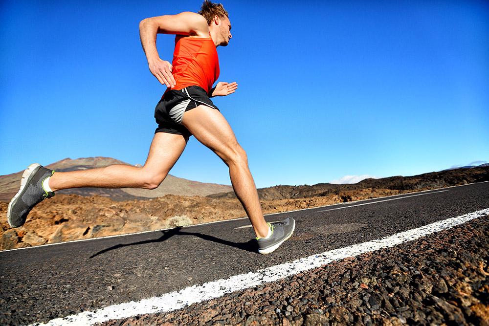 Biegacz biegnie sprint do sukcesu
